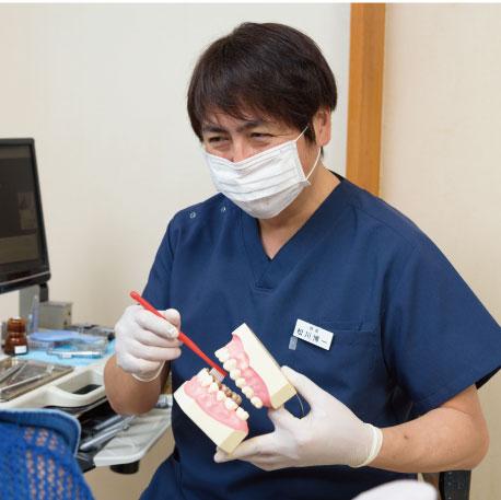 歯科診療の説明を行う男性
