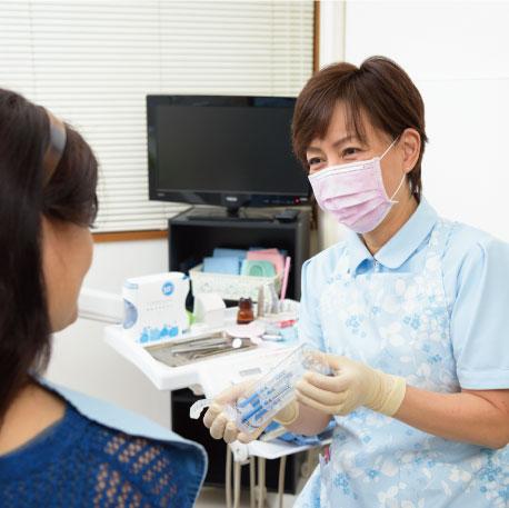 歯科診療の説明を行う女性